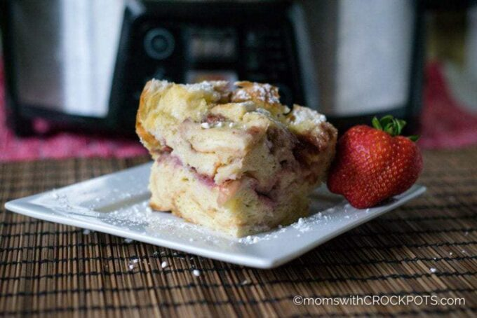 A quick and easy breakfast that everyone will love! Get this Crockpot Strawberry French Toast Casserole Recipe and make it today!